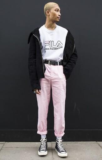 Cómo combinar una camiseta con cuello circular blanca en invierno 2021: Intenta combinar una camiseta con cuello circular blanca junto a un pantalón chino rosado para una apariencia fácil de vestir para todos los días. Si no quieres vestir totalmente formal, usa un par de zapatillas altas de lona en negro y blanco. Es un look bellísimo a copiar para las jornadas de invierno.