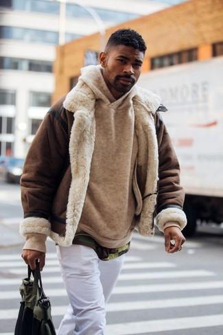 Cómo combinar: chaqueta de piel de oveja en marrón oscuro, sudadera con capucha marrón claro, camiseta con cuello circular de camuflaje verde oliva, pantalón chino blanco