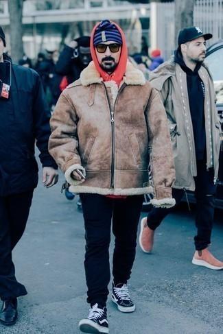 Cómo combinar una chaqueta de piel de oveja marrón claro: Intenta ponerse una chaqueta de piel de oveja marrón claro y un pantalón de chándal azul marino para un almuerzo en domingo con amigos. ¿Te sientes valiente? Completa tu atuendo con zapatillas altas de lona en azul marino y blanco.