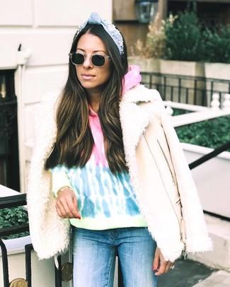 Cómo combinar: chaqueta de piel de oveja en beige, sudadera con capucha efecto teñido anudado en multicolor, vaqueros pitillo azules, gafas de sol negras