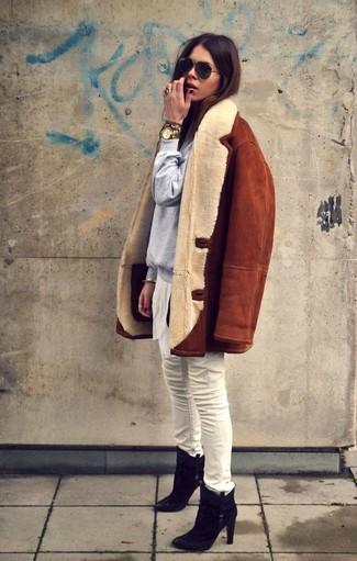 Cómo combinar: chaqueta de piel de oveja en tabaco, sudadera gris, vaqueros pitillo blancos, botines de ante negros