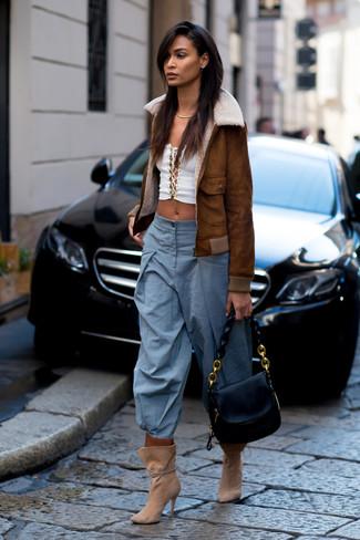 Cómo combinar: chaqueta de piel de oveja marrón, top corto blanco, pantalones anchos celestes, botines de ante marrón claro