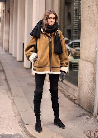 Cómo combinar: chaqueta de piel de oveja en tabaco, vaqueros pitillo negros, botas de caña alta de ante negras, guantes de lana grises