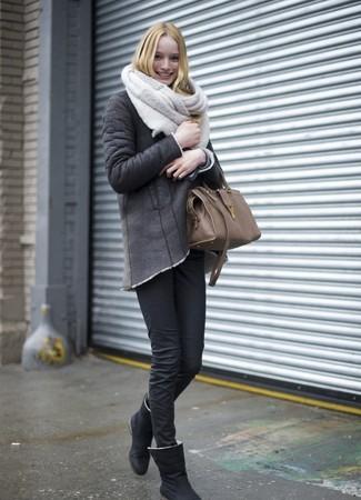 Cómo combinar una bufanda de punto en beige: Emparejar una chaqueta de piel de oveja en gris oscuro junto a una bufanda de punto en beige es una opción práctica para el fin de semana. ¿Quieres elegir un zapato informal? Completa tu atuendo con botas ugg negras para el día.