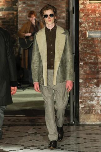 Cómo combinar: chaqueta de piel de oveja verde oliva, camisa de vestir de ante verde oliva, pantalón de vestir de tartán gris, zapatos oxford de cuero en marrón oscuro