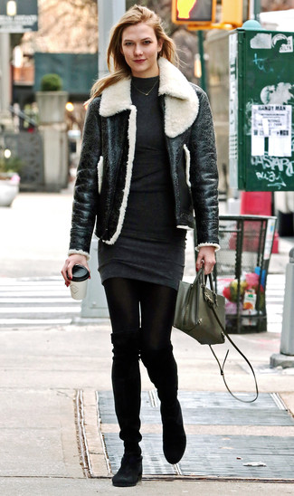 Cómo combinar un vestido: Intenta combinar un vestido junto a una chaqueta de piel de oveja en negro y blanco y te verás como todo un bombón. Botas sobre la rodilla de ante negras proporcionarán una estética clásica al conjunto.