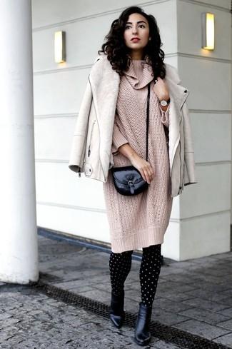 Cómo combinar un vestido: Utiliza un vestido y una chaqueta de piel de oveja en beige para conseguir una apariencia relajada pero chic. Botines de cuero negros son una opción muy buena para completar este atuendo.