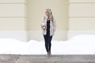 Cómo combinar: chaqueta de piel en beige, camiseta sin manga negra, vaqueros pitillo desgastados negros, botines de ante en beige