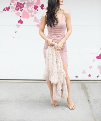 Cómo combinar: chaqueta de piel en beige, vestido ajustado rosado, sandalias de tacón de cuero en beige