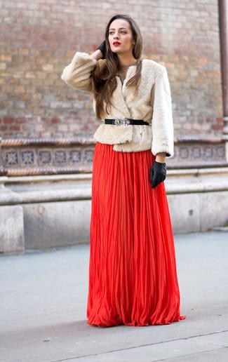 Cómo combinar: chaqueta de piel en beige, vestido de noche plisado rojo, guantes de cuero negros, cinturón de elástico con adornos negro