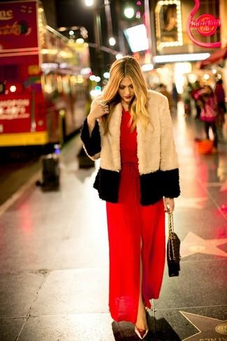 Cómo combinar: chaqueta de piel en beige, vestido largo con recorte rojo, zapatos de tacón de cuero dorados, bolso de hombre de cuero acolchado negro