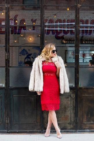 Cómo combinar: chaqueta de piel en beige, vestido tubo de encaje rojo, sandalias de tacón de cuero plateadas