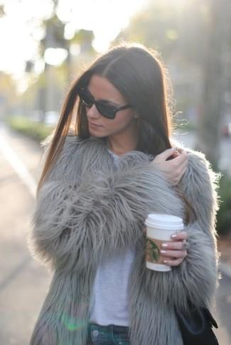 Cómo combinar: chaqueta de piel gris, camiseta con cuello circular blanca, vaqueros pitillo azules, bolsa tote de cuero negra