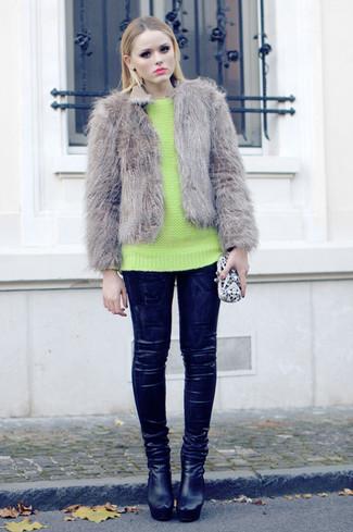 Cómo combinar: chaqueta de piel gris, jersey con cuello circular en amarillo verdoso, leggings de cuero negros, botines de cuero negros