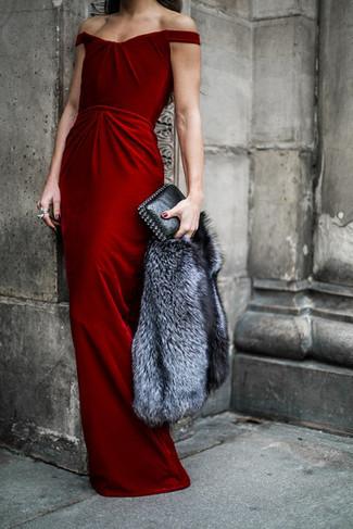 Cómo combinar una chaqueta de piel gris: Ponte una chaqueta de piel gris y un vestido de noche de terciopelo rojo para un perfil clásico y refinado.
