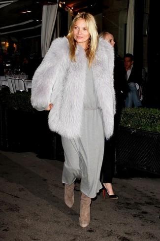 Cómo combinar: chaqueta de piel gris, vestido midi gris, botas de caña alta de ante marrónes