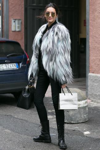 Cómo combinar: chaqueta de piel gris, jersey con cremallera negro, pantalones pitillo negros, botas planas con cordones de cuero negras