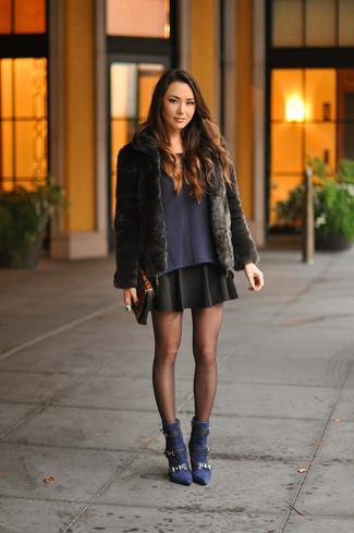 Cómo combinar: chaqueta de piel negra, jersey con cuello circular azul marino, falda skater negra, botines de ante azul marino