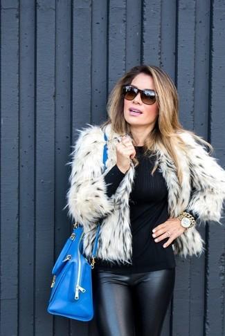 Cómo combinar: chaqueta de piel en beige, jersey con cuello circular negro, pantalones pitillo de cuero negros, bolsa tote de cuero azul