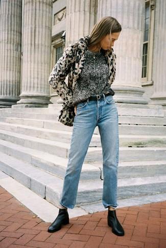 Cómo combinar: chaqueta de piel de leopardo en beige, jersey con cuello circular en gris oscuro, vaqueros celestes, botines chelsea de cuero negros