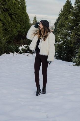 Cómo combinar: chaqueta de piel blanca, jersey con cuello circular de angora negro, vaqueros pitillo morado oscuro, botas planas con cordones de cuero negras