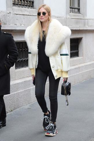 Cómo combinar: chaqueta de piel blanca, jersey con cuello circular negro, vaqueros pitillo negros, deportivas negras