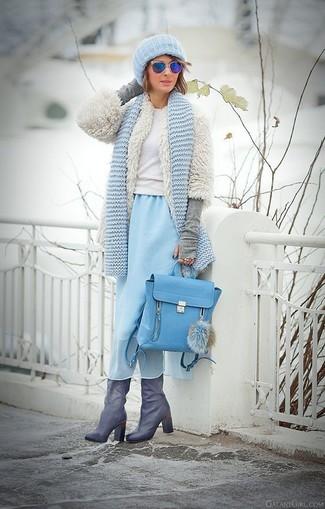 Cómo combinar: chaqueta de piel blanca, jersey con cuello circular blanco, vestido midi de gasa celeste, botas de caña alta de cuero grises