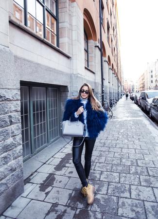 Cómo combinar: chaqueta de piel azul marino, jersey de cuello alto de lana blanco, leggings de cuero negros, botas planas con cordones de ante marrón claro