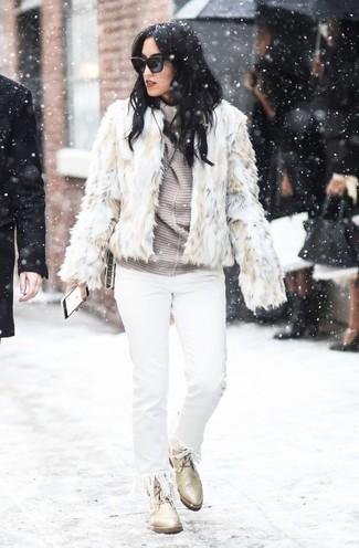 Cómo combinar: chaqueta de piel en beige, jersey de cuello alto de rayas horizontales gris, vaqueros сon flecos blancos, botas planas con cordones de cuero en beige