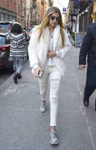 Cómo combinar: chaqueta de piel blanca, jersey de pico blanco, vaqueros pitillo desgastados blancos, deportivas plateadas