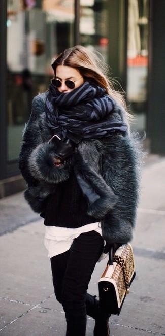 Cómo combinar: chaqueta de piel en gris oscuro, jersey oversized de punto negro, camiseta con cuello circular blanca, vaqueros pitillo negros