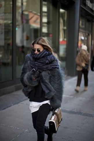 Cómo combinar: chaqueta de piel en gris oscuro, jersey oversized negro, camiseta con cuello circular blanca, vaqueros pitillo negros