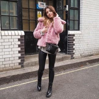 Cómo combinar: chaqueta de piel rosada, jersey oversized en beige, pantalones pitillo de cuero negros, botas planas con cordones de cuero negras