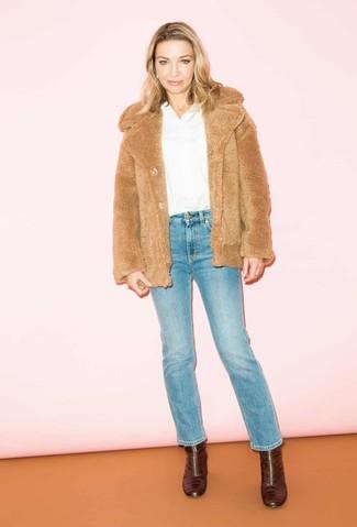 Cómo combinar unos botines de cuero burdeos: Utiliza una chaqueta de piel marrón claro y unos vaqueros azules para lidiar sin esfuerzo con lo que sea que te traiga el día. Botines de cuero burdeos son una opción práctica para completar este atuendo.