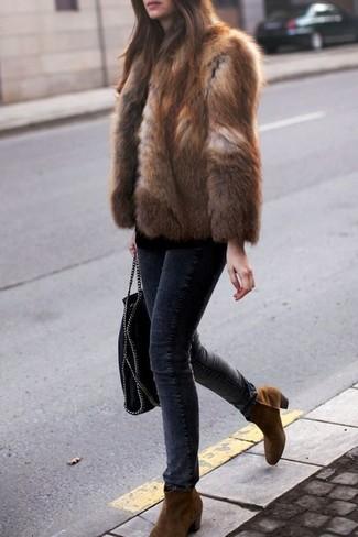 Cómo combinar: chaqueta de piel marrón, vaqueros pitillo en gris oscuro, botines chelsea de ante en tabaco, bolsa tote de cuero negra