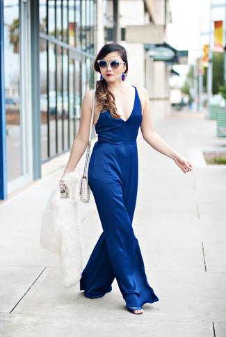 Cómo combinar unos pendientes azules: Empareja una chaqueta de piel blanca junto a unos pendientes azules para un look agradable de fin de semana. Sandalias de tacón de satén azules son una opción perfecta para complementar tu atuendo.
