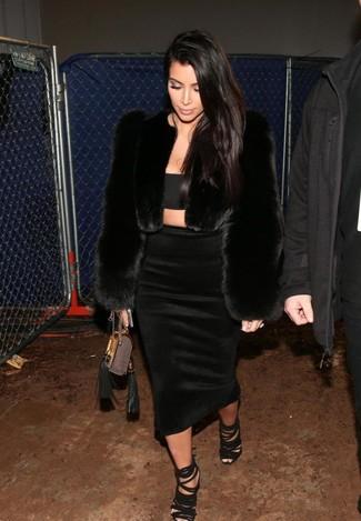 Look de Kim Kardashian: Chaqueta de Piel Negra, Top Corto Negro, Falda Midi Negra, Sandalias de Tacón de Ante Negras