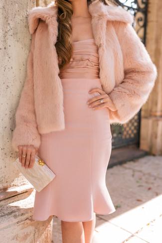 Algo tan simple como emparejar una chaqueta de piel rosada con un vestido tubo rosado puede distinguirte de la multitud.