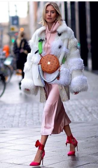 Cómo combinar: chaqueta de piel en beige, sudadera con capucha rosada, cárdigan largo en beige, vestido camisola de seda rosado