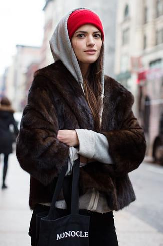 Sin ninguna duda, te verás escandalosamente hermosa en una chaqueta de piel marrón oscuro y un gorro rojo.
