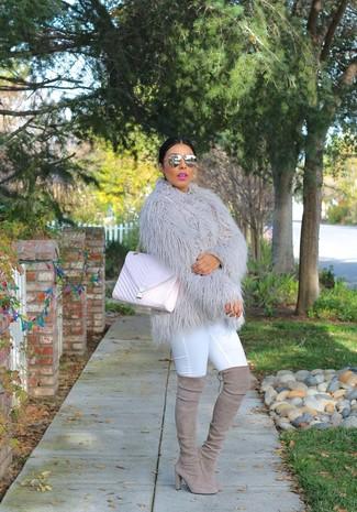 Cómo combinar: chaqueta de piel gris, vaqueros pitillo blancos, botas sobre la rodilla de ante grises, bolso bandolera de cuero acolchado rosado
