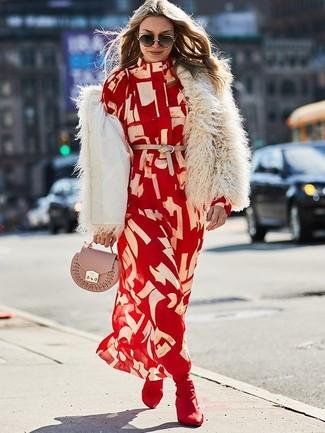 Cómo combinar: chaqueta de piel en beige, vestido camisa estampada roja, botines de elástico burdeos, cartera sobre de cuero rosada