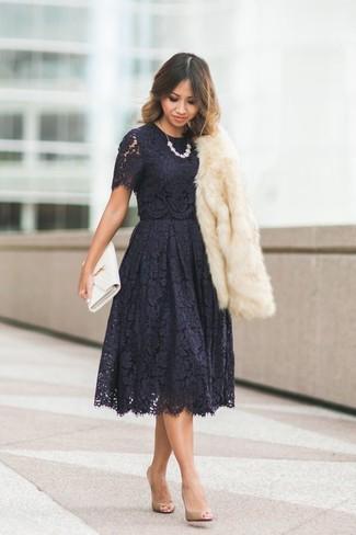 Emparejar una chaqueta de piel beige junto a un vestido de vuelo de encaje negro es una opción atractiva para una apariencia clásica y refinada. Zapatos de tacón de cuero marrón claro son una opción perfecta para completar este atuendo.