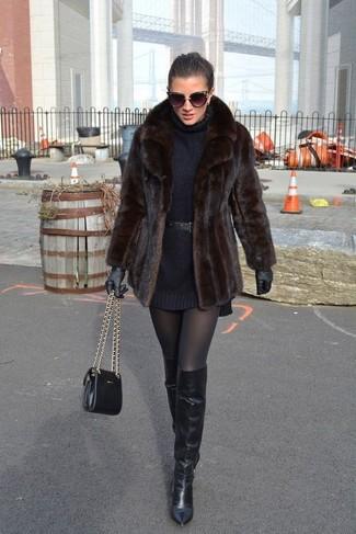 Cómo combinar: chaqueta de piel en marrón oscuro, vestido jersey negro, botas sobre la rodilla de cuero negras, bolso bandolera de cuero negro