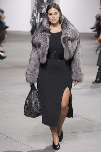 Cómo combinar una chaqueta de piel gris: Usa una chaqueta de piel gris y un vestido jersey en gris oscuro para lograr un look de vestir pero no muy formal. Zapatos de tacón de cuero negros son una opción inmejorable para complementar tu atuendo.