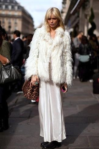 Cómo combinar: chaqueta de piel blanca, vestido largo de satén blanco, botines de cuero negros, bolso bandolera de ante de leopardo marrón