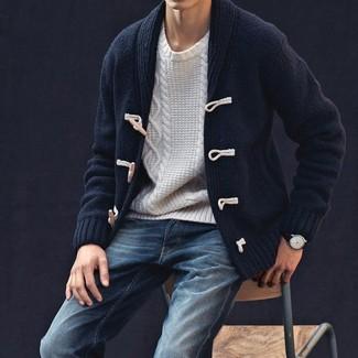 Cómo combinar: chaqueta de punto con botones tipo trenca azul marino, jersey de ochos blanco, vaqueros azul marino