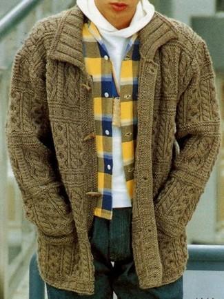 Cómo combinar una camisa de manga larga de franela de tartán amarilla: Intenta combinar una camisa de manga larga de franela de tartán amarilla junto a unos vaqueros azul marino para conseguir una apariencia relajada pero elegante.