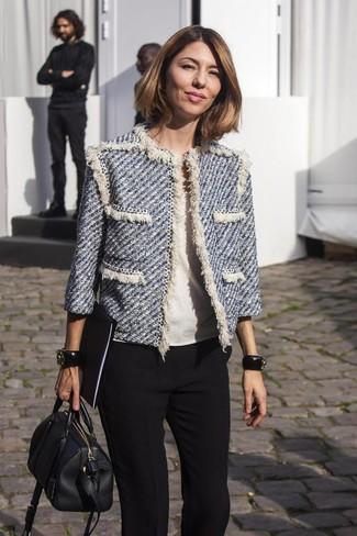 Cómo combinar: chaqueta de tweed azul, blusa de manga corta blanca, pantalón de vestir negro, bolsa tote de cuero negra