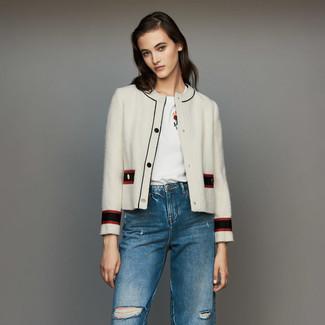 Cómo combinar: chaqueta de tweed blanca, camiseta con cuello circular bordada blanca, vaqueros desgastados azules
